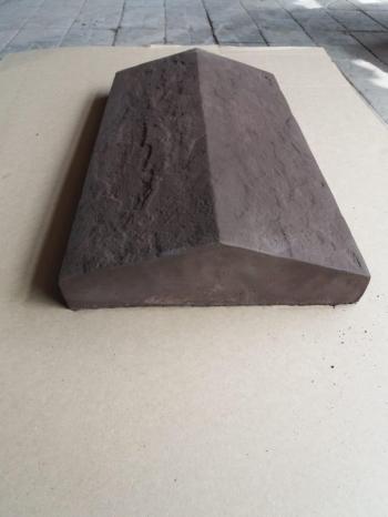 Накрывной элемент на забор бетонный двухскатный